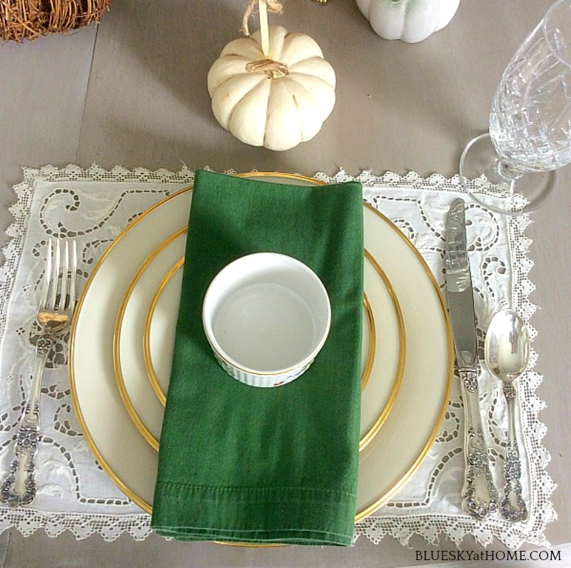autumn tablescape with green napkin