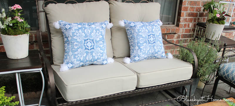 patio love seat with pillows