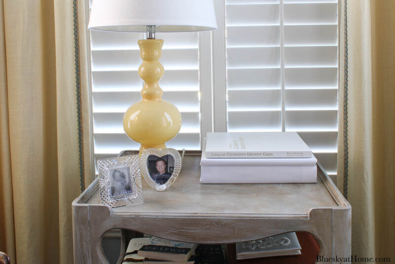 table with yellow lamp and white coffee tables